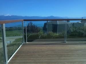 Barrière en verre avec montants doubles et main-courante en bois